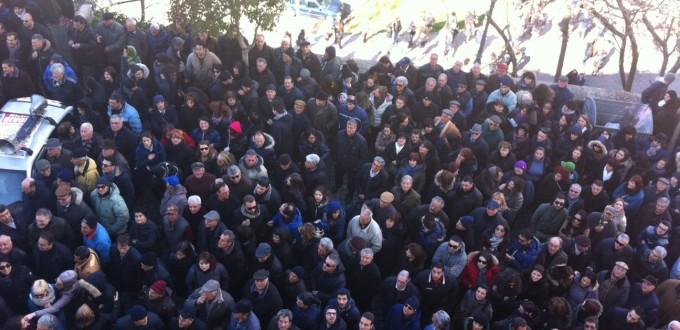 Acri-Folla davanti al Municipio