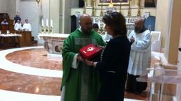 Acri-La Presidente Rotary Pisano consegna il defibbrilatore a Padre Pietro